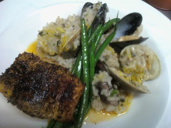 Blue Moon Cafe: Blackened fish with mussels and clams