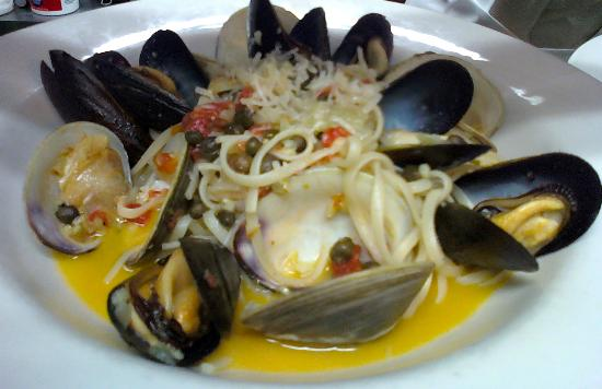 Blue Moon Cafe: Mussels and clams pasta with saffron broth