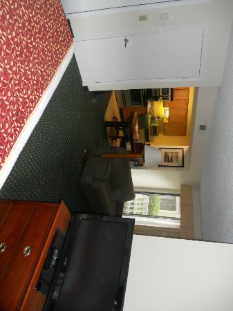 Sonesta ES Suites South Brunswick - Princeton: Kitchen and work desk, viewed from bed.