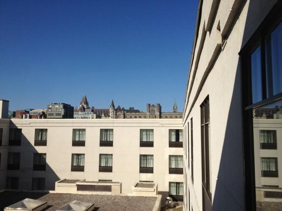 Courtyard by Marriott Ottawa Downtown: quiet inner courtyard with view of parliament