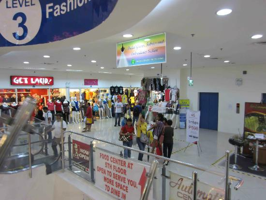 168 Shopping Mall: Bright shops in the mall