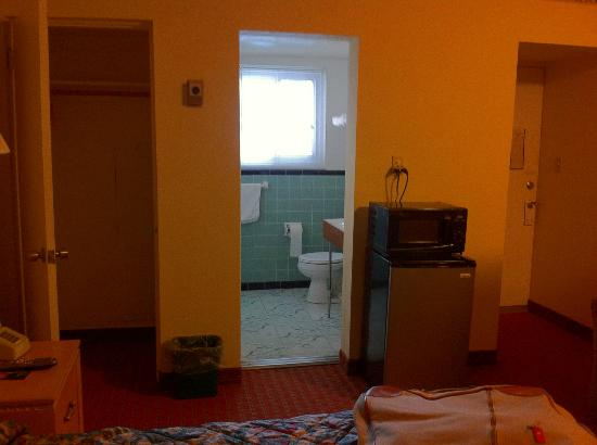 Bedford Motel: Door to bathroom and microwave/fridge
