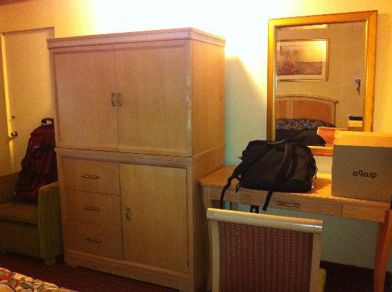 بيدفورد موتل: TV cabinet and desk
