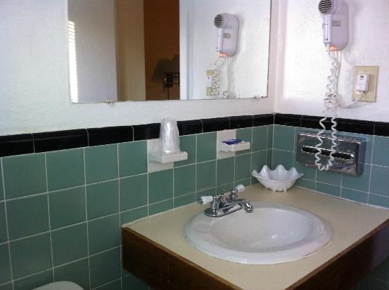 Bedford Motel : Bathroom, sink area