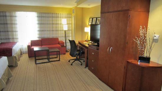 Courtyard by Marriott Amarillo Downtown: TV, Sofabed, Deck