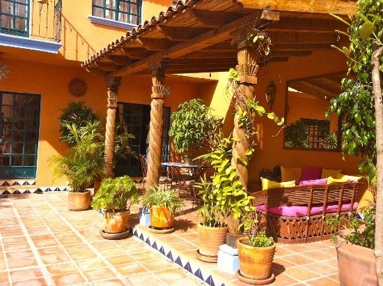 Casa Frida B&B: Outdoor dining, relaxing patio