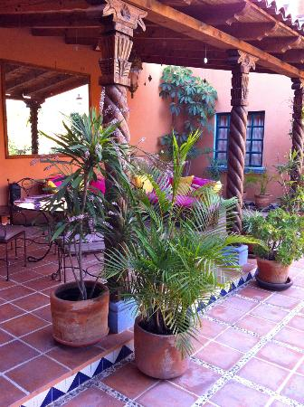 Casa Frida B&B: Outdoor dining, relaxing patio