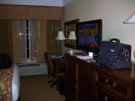 Holiday Inn Express Greenville: Desk, TV, fridge, microwave