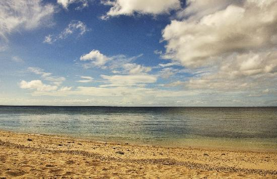 Coco Grove Beach Resort : The very still and cool waters.
