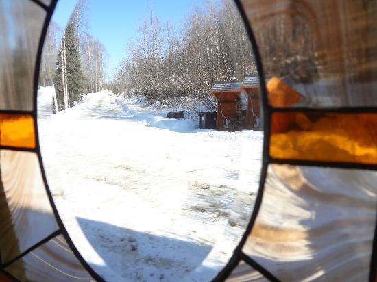 A Moose in the Garden Bed & Breakfast: Foto desde la puerta de entrada hacia afuera. Sería la calle por la que venís y te encontras con