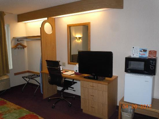 Sleep Inn: Desk and Flat Screen TV