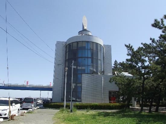 Ichihara Fishing Park: 施設の建物(3階建)  2階から左手のつり桟橋へ