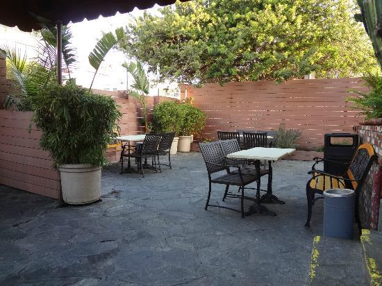 USA Hostels Hollywood: patio de entrada