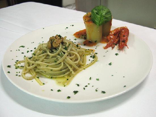 Il Cacciucco: Linguine ai calamari con pesto di rucola e paccheri ai gameroni giganti in salsa di pomodori pac
