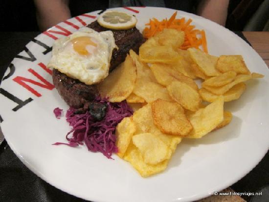 Pombal, Portugal: Carne con huevo, patatas y ensalda
