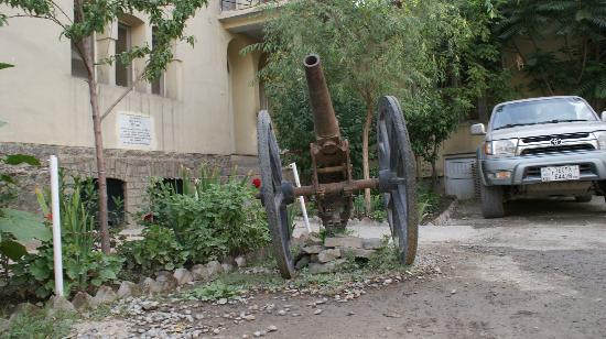 كابول, أفغانستان: Gandamack Lodge, пушка у входа