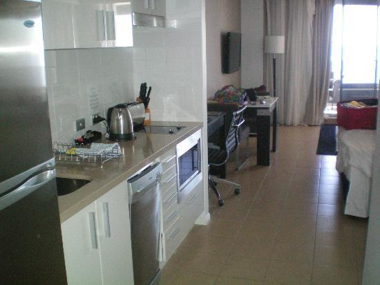 Meriton Suites Broadbeach: Kitchen in the apartment for 2