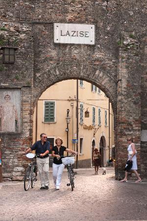 Cangrande Hotel: La porta principale del paese medievale di Lazise