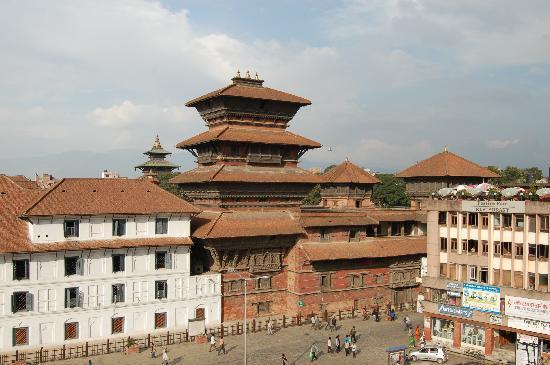 Basantapur Tower: la torre desde un café en la plaza basantapur