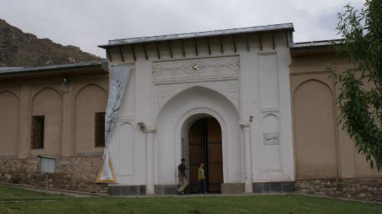 Bagh-e Babur: Сады Бабур-шаха. Крепостная стена, ворота.