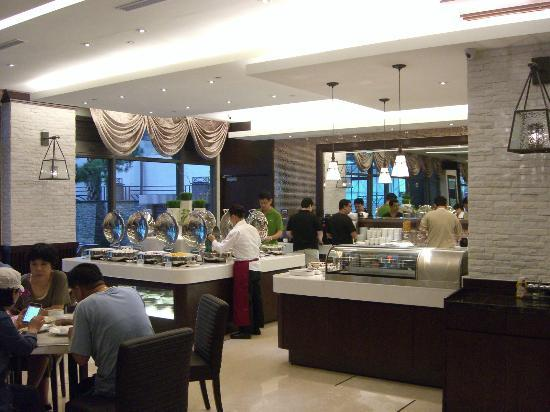 S-aura Hotel: View of breakfast buffet.
