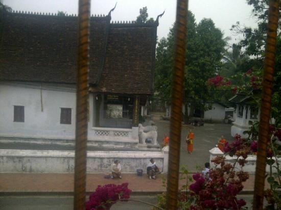 Symoungkoun Guest House: the morning alms about to start, view from window at my room