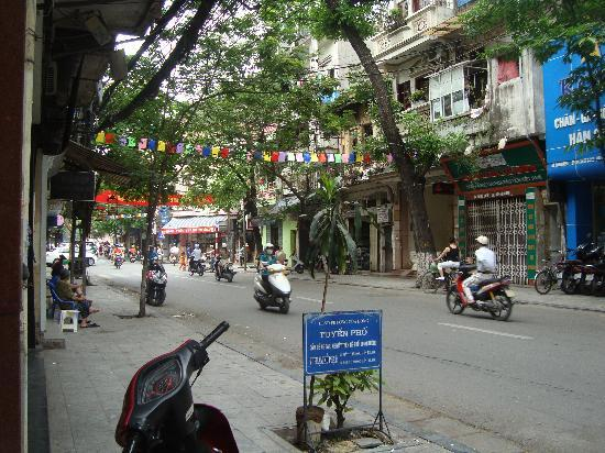 Hanoi Rendezvous Hotel: looking right down Hang Dieu Street,