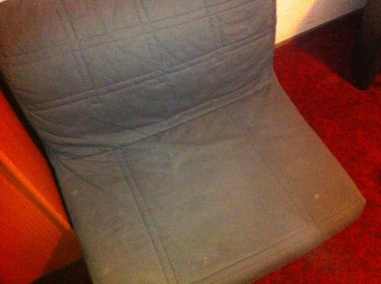 Villa Amadeus Hotel: Der dreckige Sessel mit Flecken