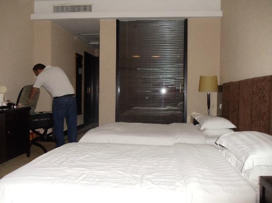 Starway King Garden Hotel: Habitación con dos camas