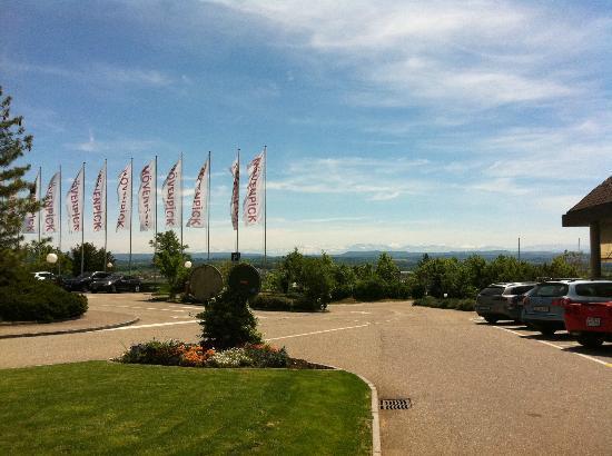 Movenpick Hotel Egerkingen: Blick vom Eingang des Hotels