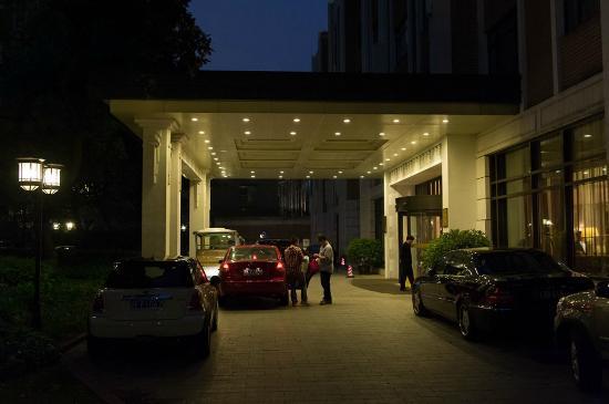 โรงแรมจิ่นเจียง: In front of hotel