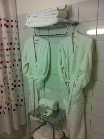 Hotel l'Armateur: Bathrobes professionally presented