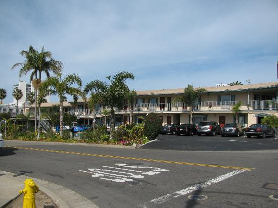 Harbor Inn & Suites Oceanside / San Diego: motel look from bridge over highway
