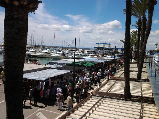 Bistro del Puerto : vue du marché de dimanche et du port