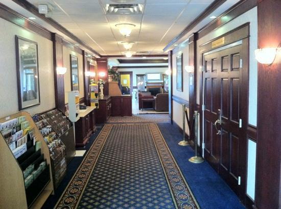 Clarion Inn: Main Building Lobby Hallway