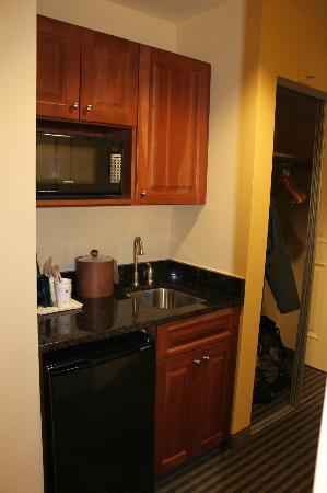 BEST WESTERN PLUS Westgate Inn & Suites: Kitchen area in room