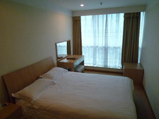 โกล์เด้น บิสสิเนส เซ็นเตอร์ โฮเต็ล: 寝室はきれい ベッドも大きい