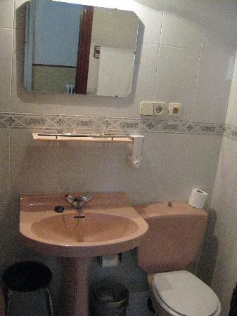 Hostal Lopez: Bathroom
