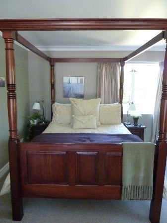 Hillsfield House Bed and Breakfast Marlborough: Our gorgeous four poster bed
