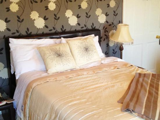 Carlingford House: Nice bed, large room. Just great!