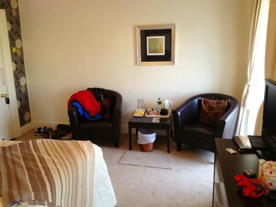 Carlingford House: Nice chairs, and tee/coffe making facilities.