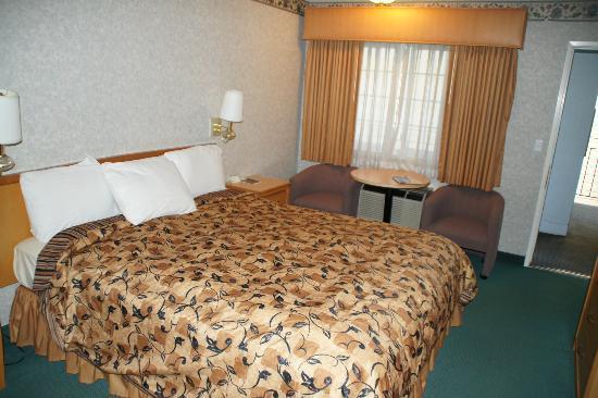 Castle Inn: Bett mit Sitzmöglichkeit