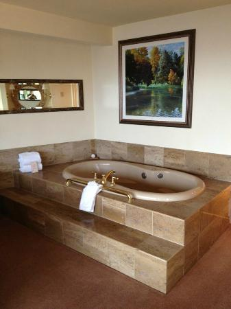 Tickle Pink Inn: In room jacuzzi