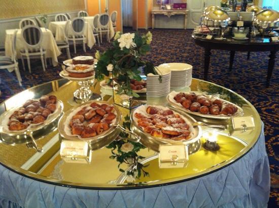 جراند هوتل تريميزو: breakfast, croissants