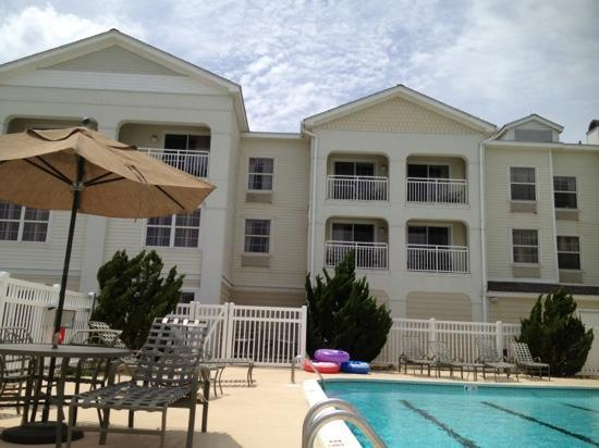 Hampton Inn & Suites Outer Banks / Corolla: view of the hotel from the pool