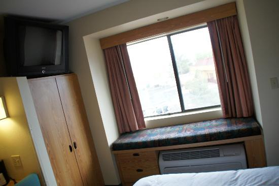 Days Inn & Suites Camp Verde Arizona: Fensterbank ud Fernseher