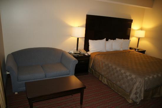 Rodeway Inn & Suites: BEtt mit Sitzmöglichkeit