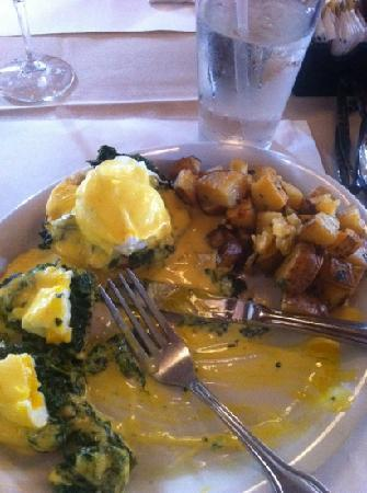 Santa Lucia Cafe: eggs Benedict with spinach