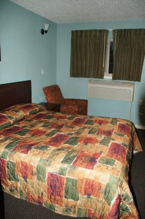 Americas Best Value Inn - Sacramento/Elk Grove: Bett und Sitzmöglichkeit