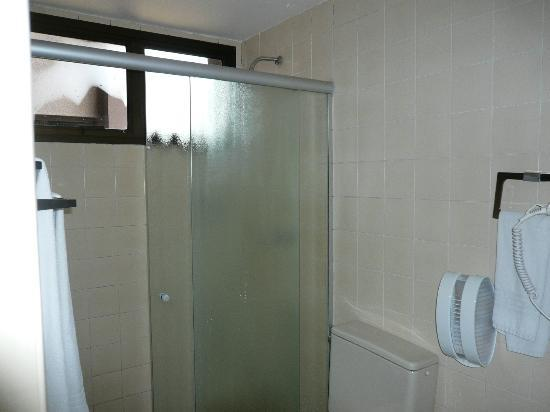 London Class Suites: Basculantes do banheiro com visão acessível a outros banheiros